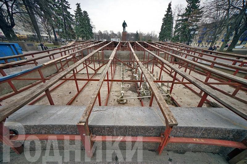 В Мытищах специалисты готовят фонтаны к запуску