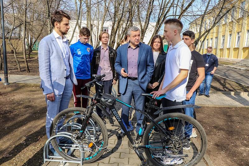 Доброе дело: депутаты организовали велопарковку в школе № 8 Мытищ